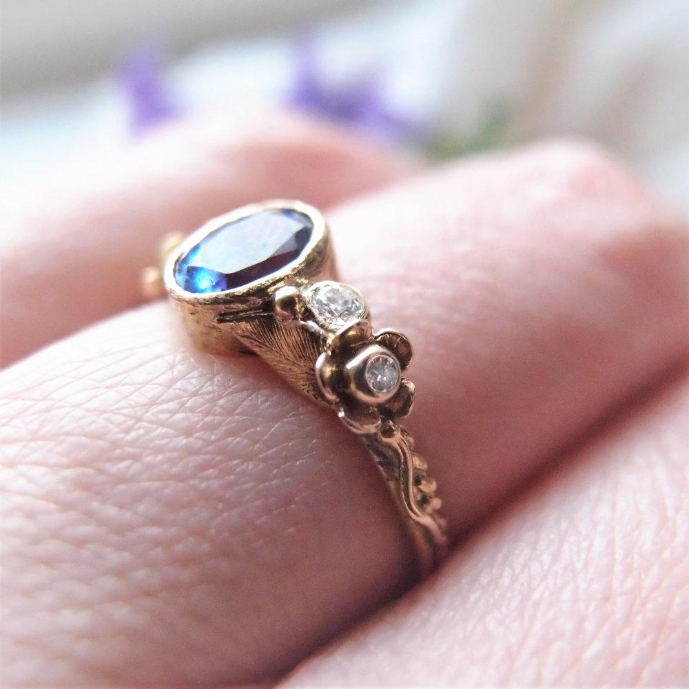 Romantyczny pierścionek zaręczynowy z tanzanitem i diamntowymi kwiatami od Lookrecya