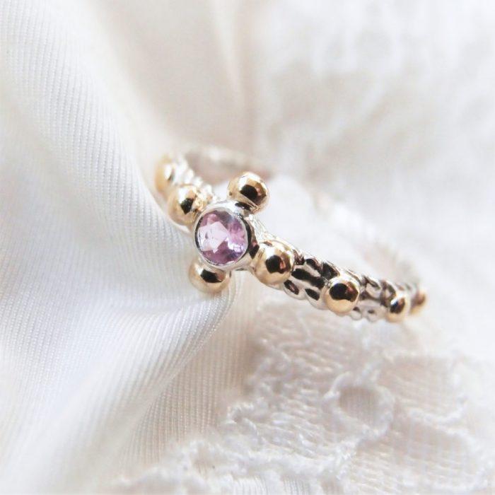 Srebrny pierścionek różaniec z różowym szafirem i złotem
