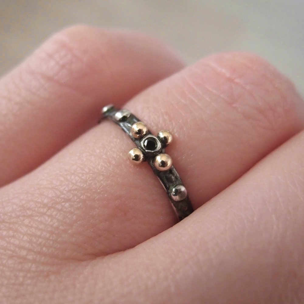 Różaniec na palec z ciemnego srebra i złota