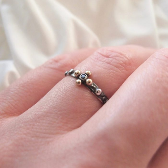 Drobny srebrny różaniec na palec z czarnym diamentem