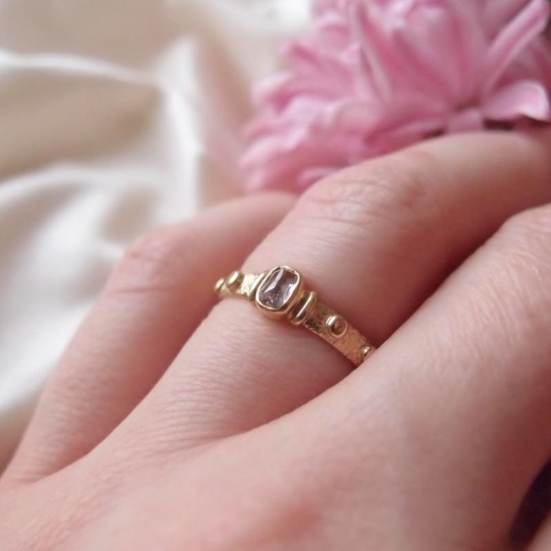 Prosty pierścionek różaniec ze złota z pracowni Lookrecya