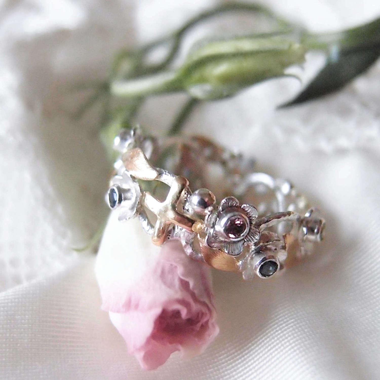 Kwiatowy różaniec z listkami ze złota i kolorowymi szafirami