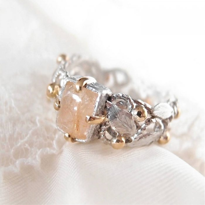 Luxury rosary ring with handcrafted leaves and golden details by Lookrecya