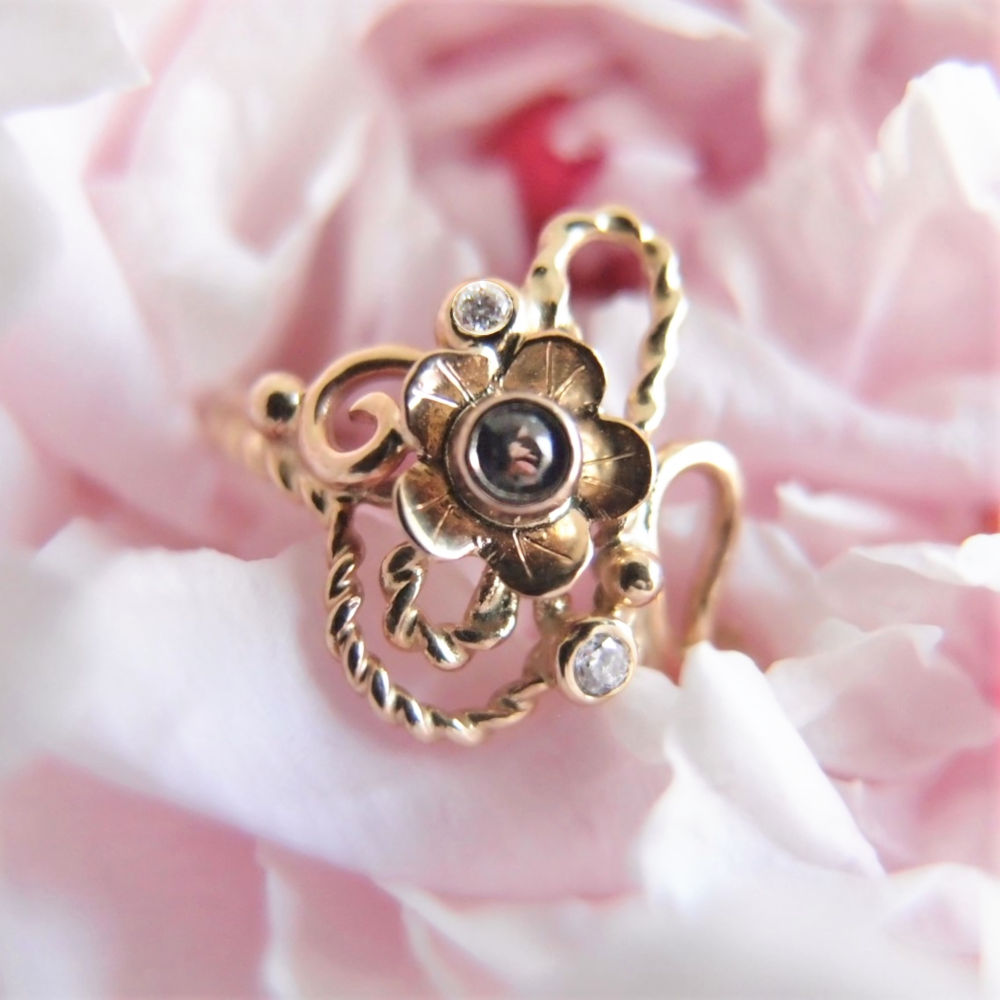 Botaniczny złoty pierścionek z szafirem i diamentami od Lookrecya Dream Jewelry