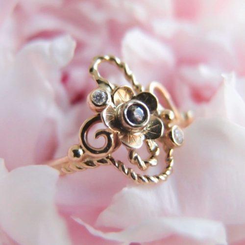 Kwiatowy zloty pierścionek z szafirem i diamentami od Lookrecya