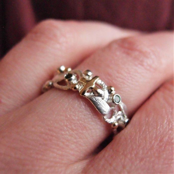 Pierścionek różaniec na palec z zielonymi kamieniami i złotem