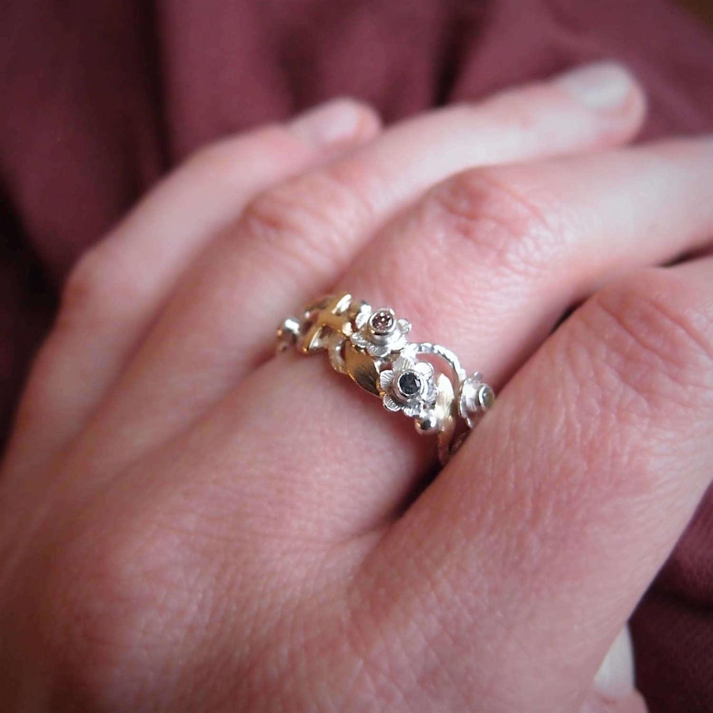 Srebrny pierścionek różaniec na palec z kolorowymi szafirami