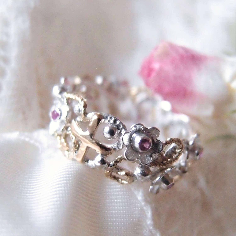 Pierścionek różaniec z rubinowymi kwiatami i złotymi detalami