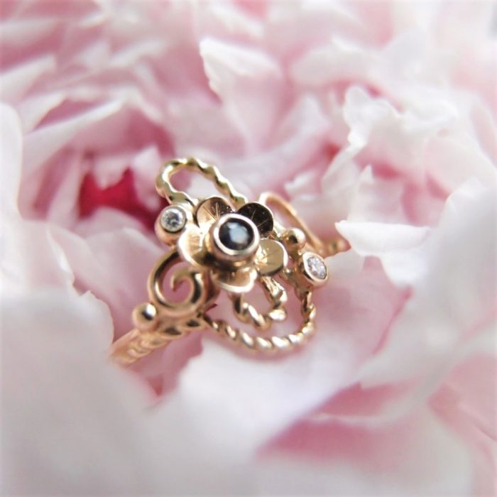 Romantyczny pierścionek zaręczynowy inspirowany secesja od Lookrecya
