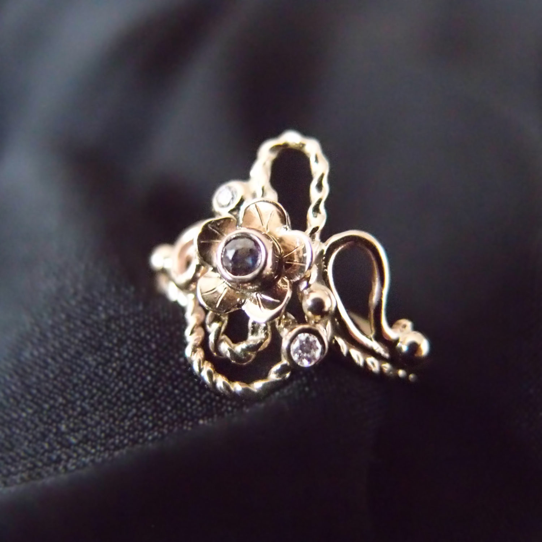 Secesyjny złoty pierścionek z szafirem i diamentami od Lookrecya