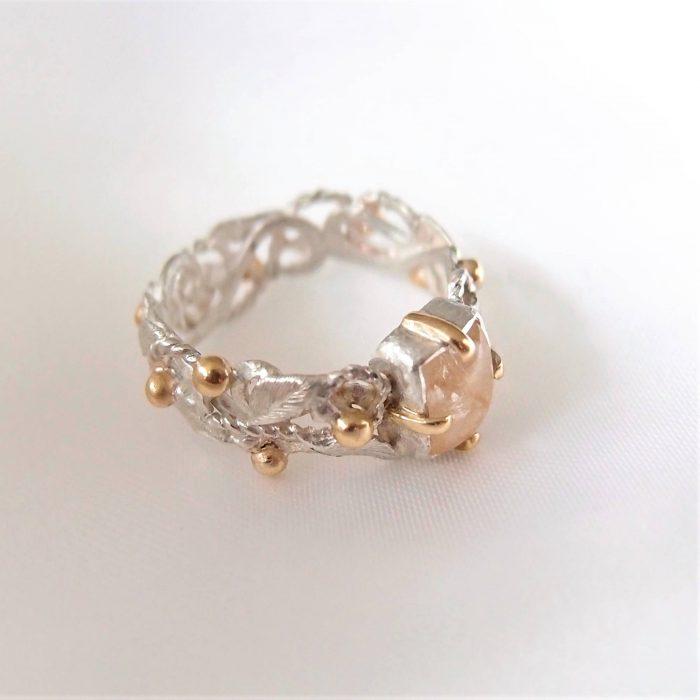 Ażurowy pierścionek różanec ze srebra i złota od lookrecya
