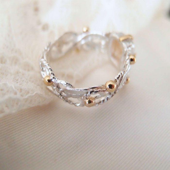 Unikatowy pierścionek różaniec ze srebrnyi listaki i kwarcem rutylowym w złocie od Lookrecya