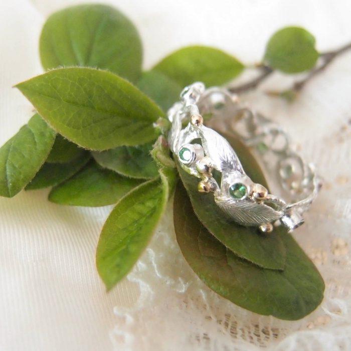 Wiosenna obrączka z listkami i zielonymi kamieniami