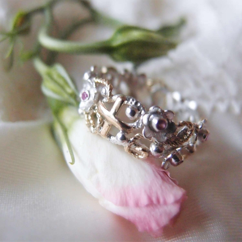 Wiosenny pierścionek różaniec na palec z rubinowymi kwiatami