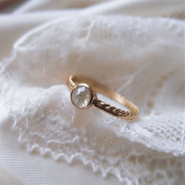 Delikatny pierścionek zaręczynowy dla marzycielki lub artystki