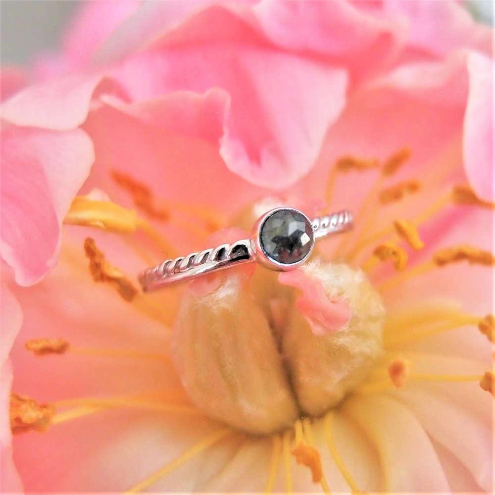 Romantyczny pierścionek w białym złocie