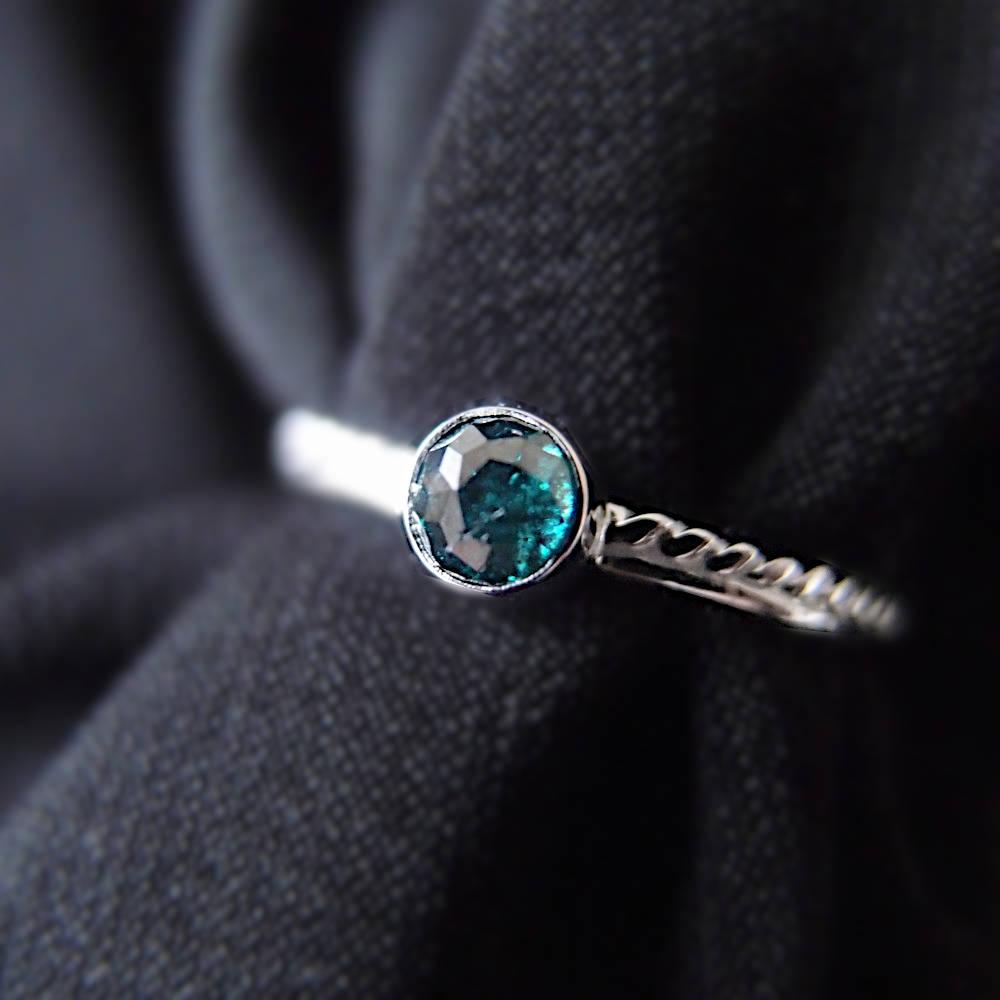 drobny pierscionek z bialego zlota z niebieskim diamentem