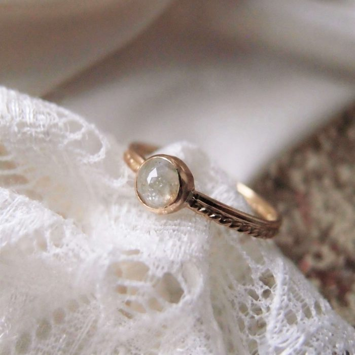 18k solid gold ring with a raugh diamond