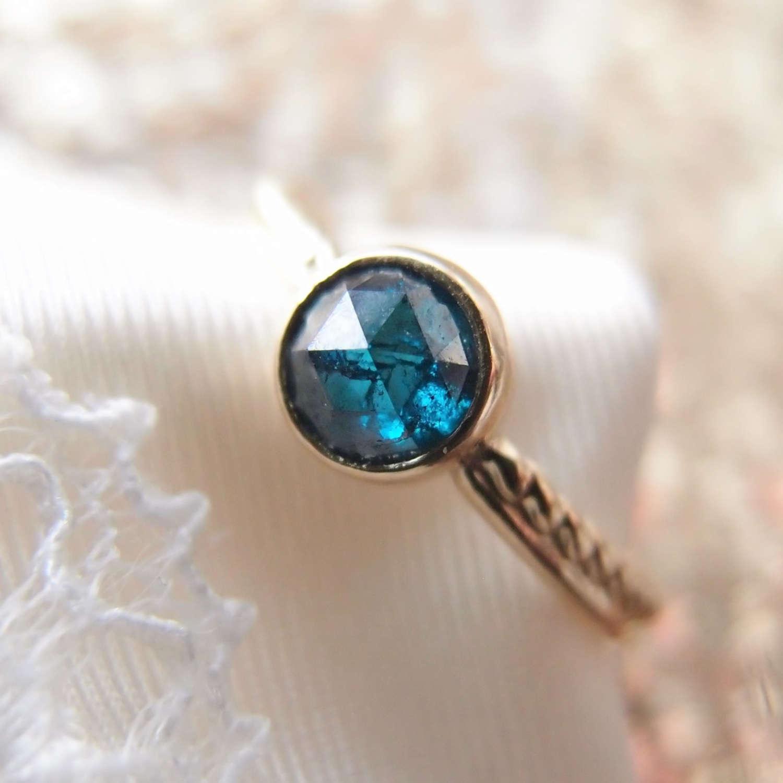 nowoczesny pierscionek zareczynowy z niebieskim diamentem