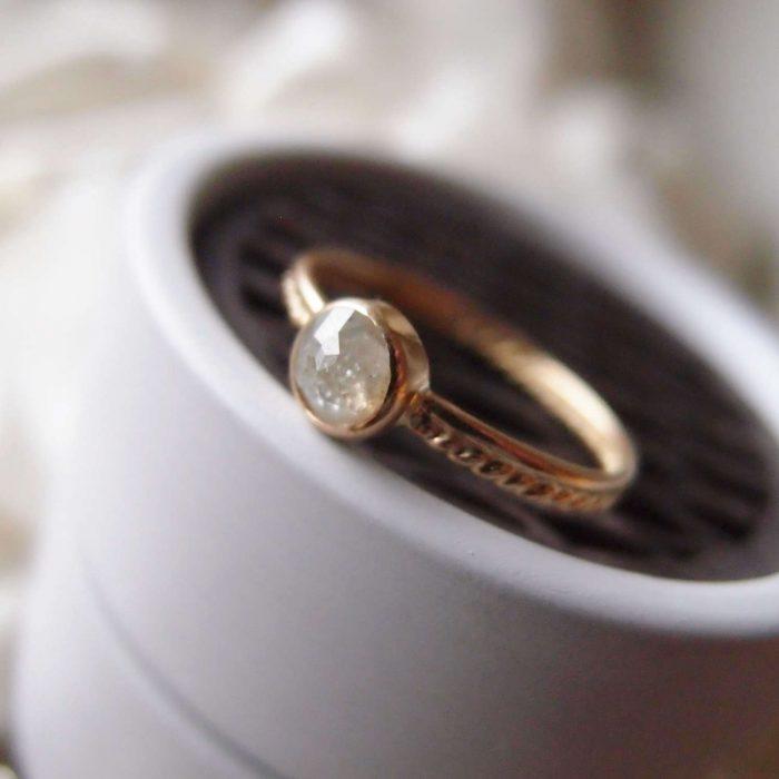 Oryginalny pierćcionek zaręczynowy z 18k złota z surowym diamentem