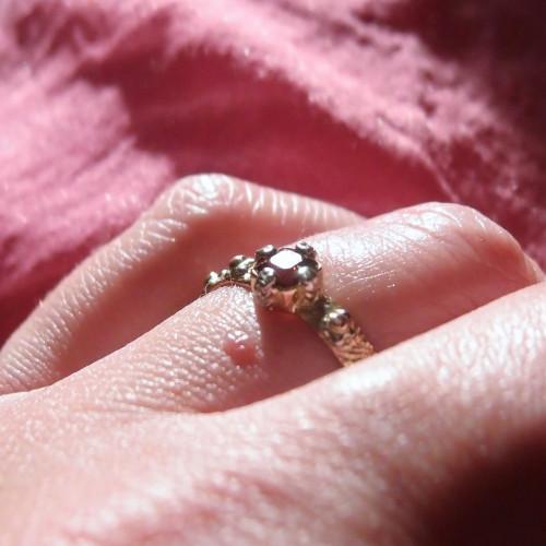 Złoty różaniec na palec z różowym turmalinem
