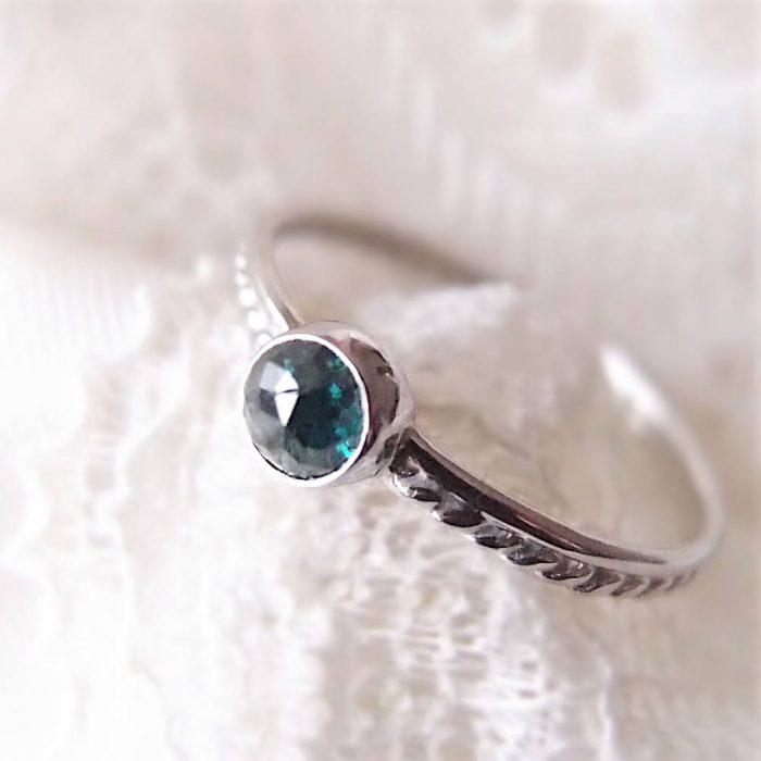 Subtelny pierścionek z białego złota z niebieskim diamentem