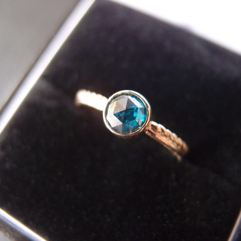 Zloty pierścionek zaręczynowy z niebieskim diamentem