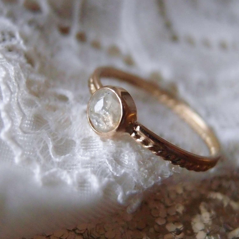 Romantyczny a przy tym praktyczny pierscionek zareczynowy z diamentem