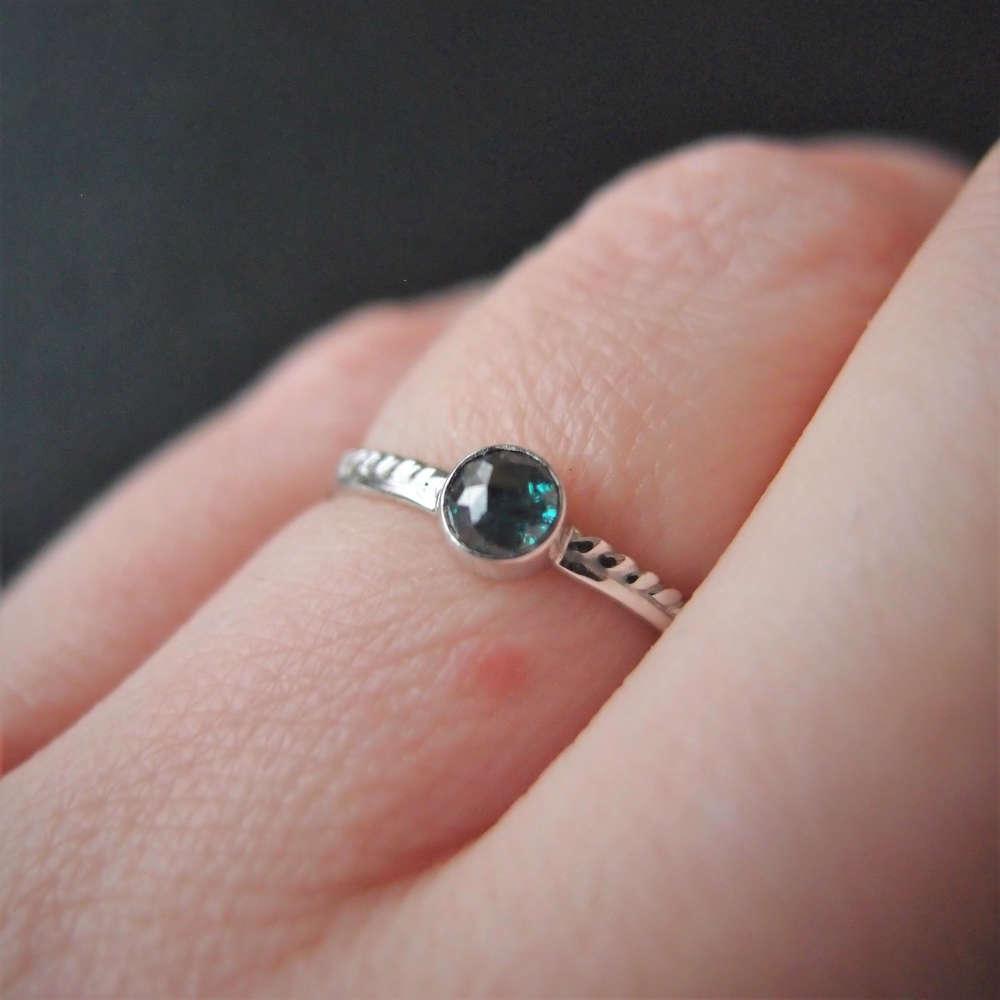Drobny pierścionek z białego złota z morskim diamentem