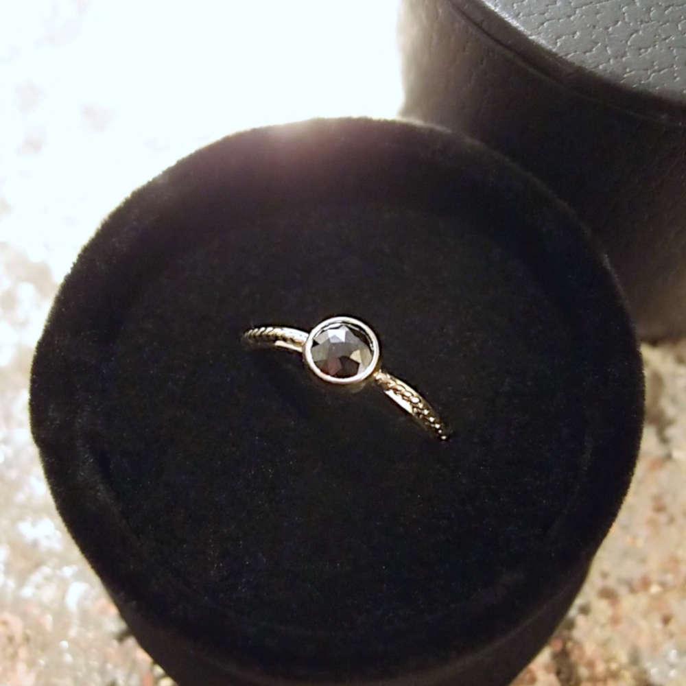 Prosty złoty pierścionek z dużym czarnym diamentem