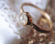 Romantyczny pierścionek zaręczynowy z surowym diamentem