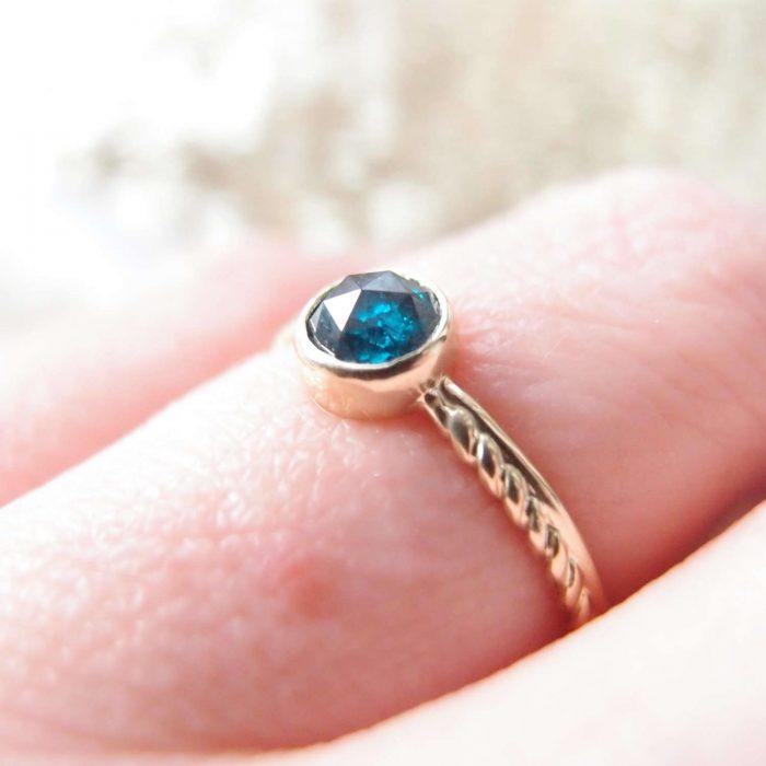 Prosty pierścionek zaręczynowy z niebieskim diamentem