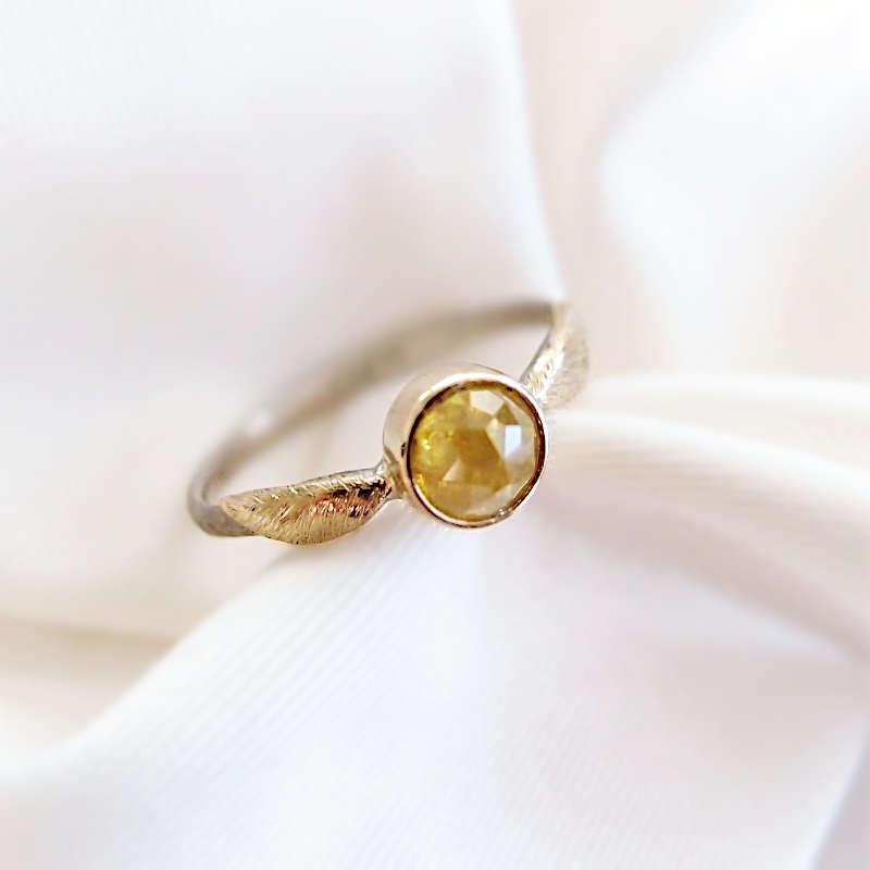 Pierścionek z diamentem i złotymi skrzydłami