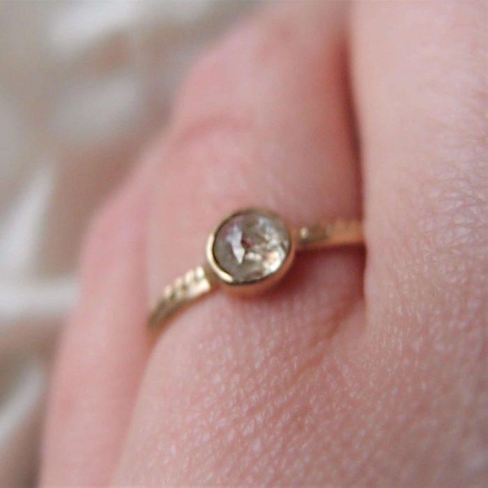 Delikatny złoty pierścionek z surowym diamentem z pracowni Lookrecya