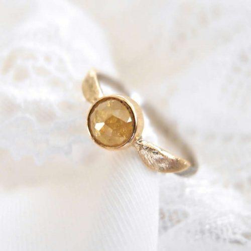 Pierścionek zaręczynowy z diamentem i złotymi skrzydłami